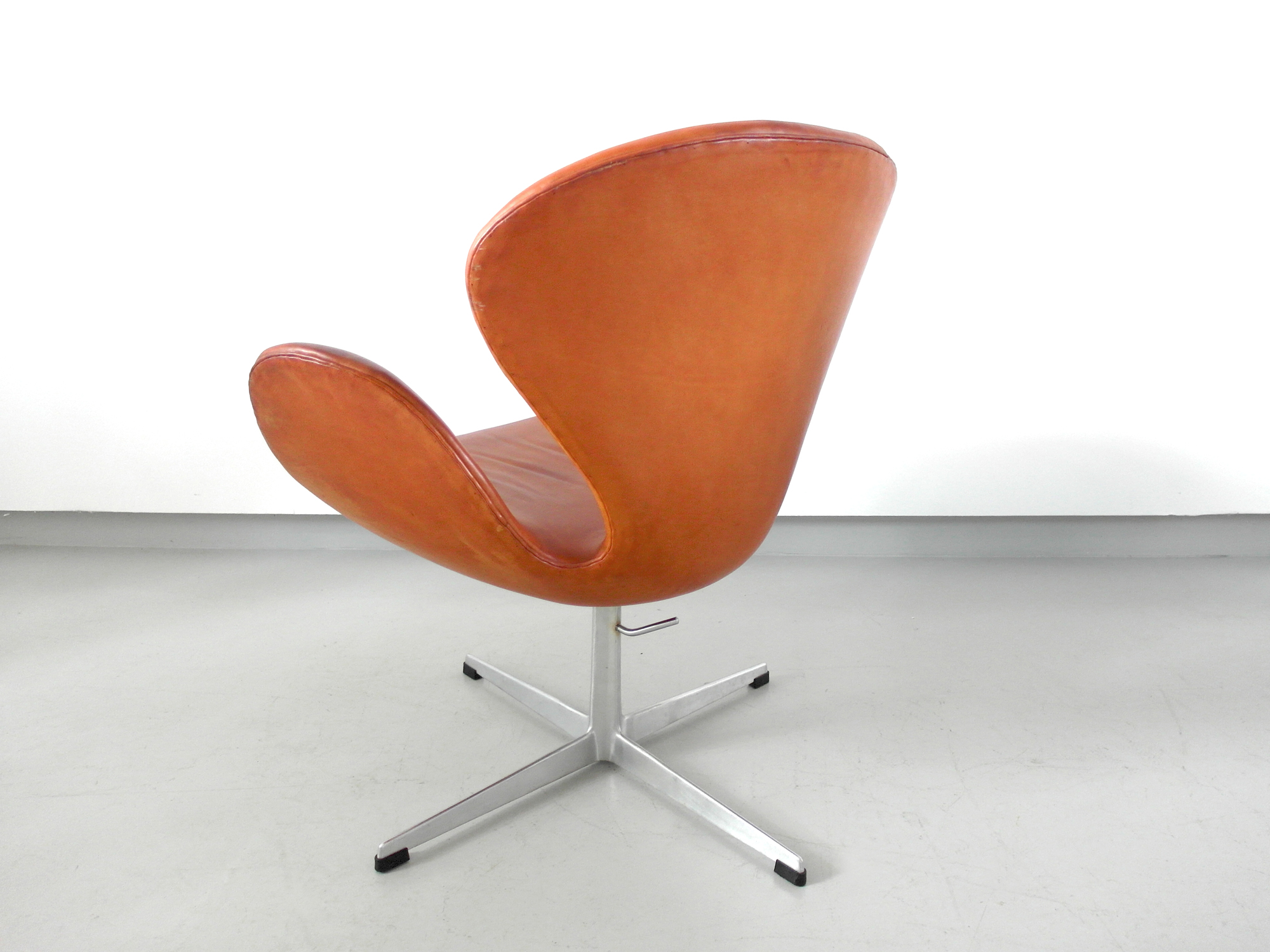 Early Edition Arne Jacobsen Swan Chair In Original Cognac Leather